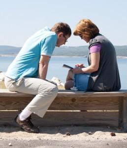 Bračni par zajedno čita