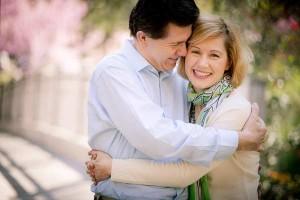 Bračni par u zagrljaju